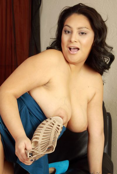 Photo №18 Chubby MILF Kiki licks her toes before spreading hairy holes