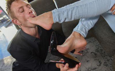 Photo №3 Hot chick Uma Jolie gets her feet licked & cum after sex