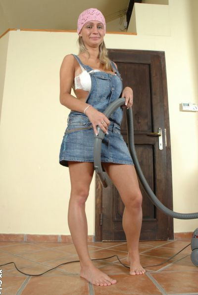 Photo №2 Amateur housewife Wendy Star vacuuming and posing naked