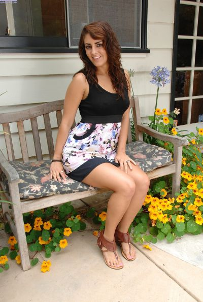 Photo №1 Amateur girl Bella Luciano spreads her twat outdoors