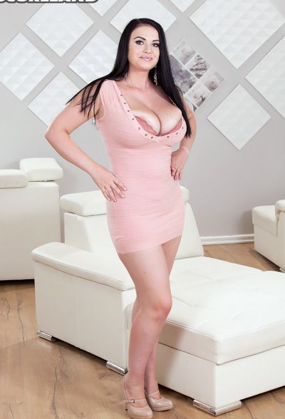 Photo №1 Brunette BBW Tina Lee uncovers her huge boobs
