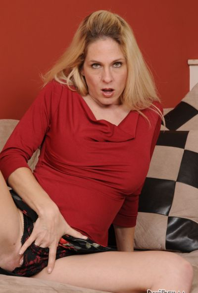 Photo №3 Mature blonde mom teaches her stepdaughter how to give BF a blowjob